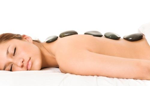 vrouw die een hotsone massagetherapie krijgt